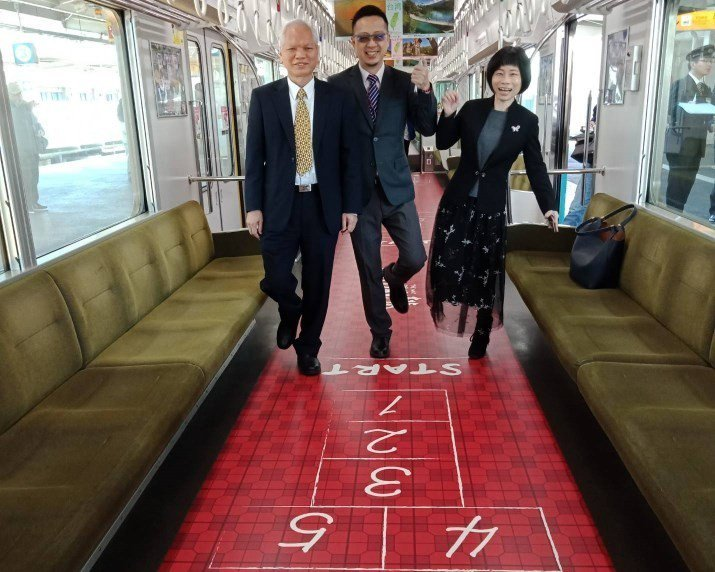 阪神電鐵今天於甲子園站舉行桃捷彩繪列車啟動儀式,車廂地板設計懷舊的跳格子遊戲。圖...