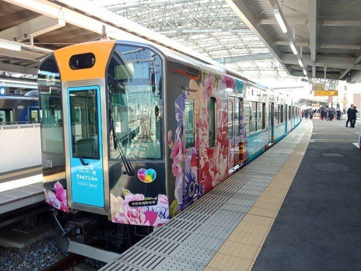 阪神電鐵今天於甲子園站舉行桃捷彩繪列車啟動儀式,外觀以客家花布為創作主題。圖/桃...