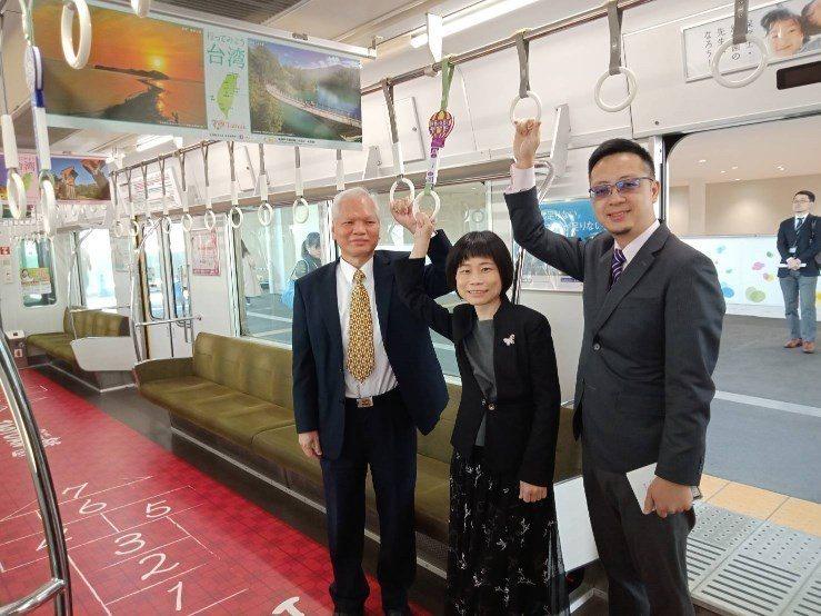 阪神電鐵今天於甲子園站舉行桃捷彩繪列車啟動儀式,車廂拉環為熱氣球造型。圖/桃園捷...