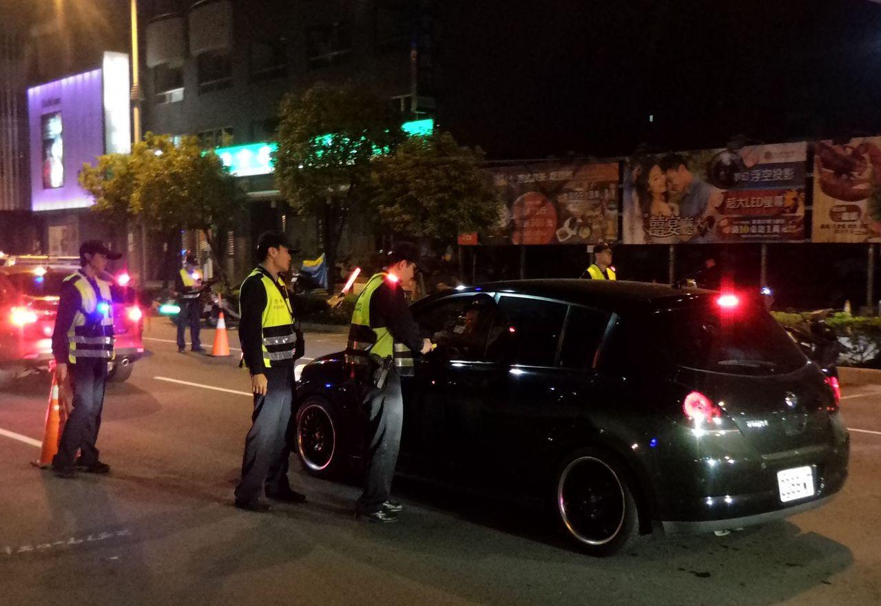 蘇貞昌撂重話之後的第一個假日凌晨,高雄市警方緊繃,嚴格執行路檢。記者林保光/攝影