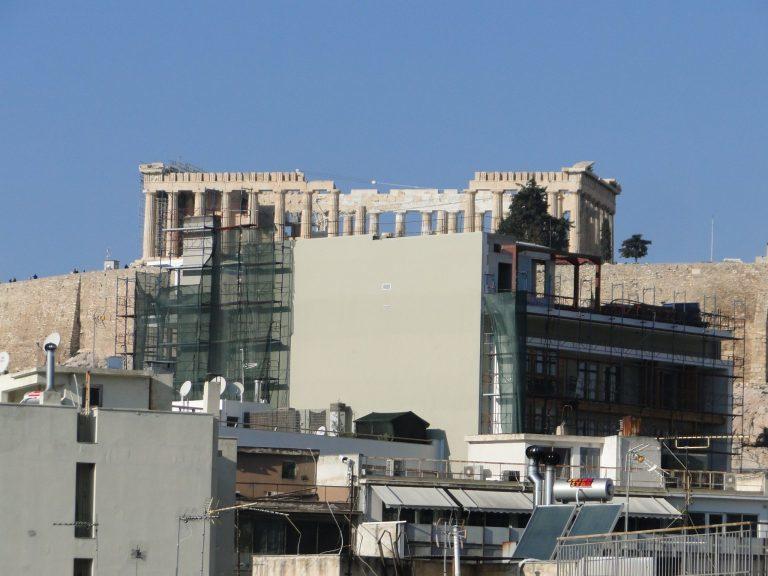 雅典衛城腳下一間新建的10層樓飯店,破壞了衛城四周開闊的景觀。取自Avaaz請願...