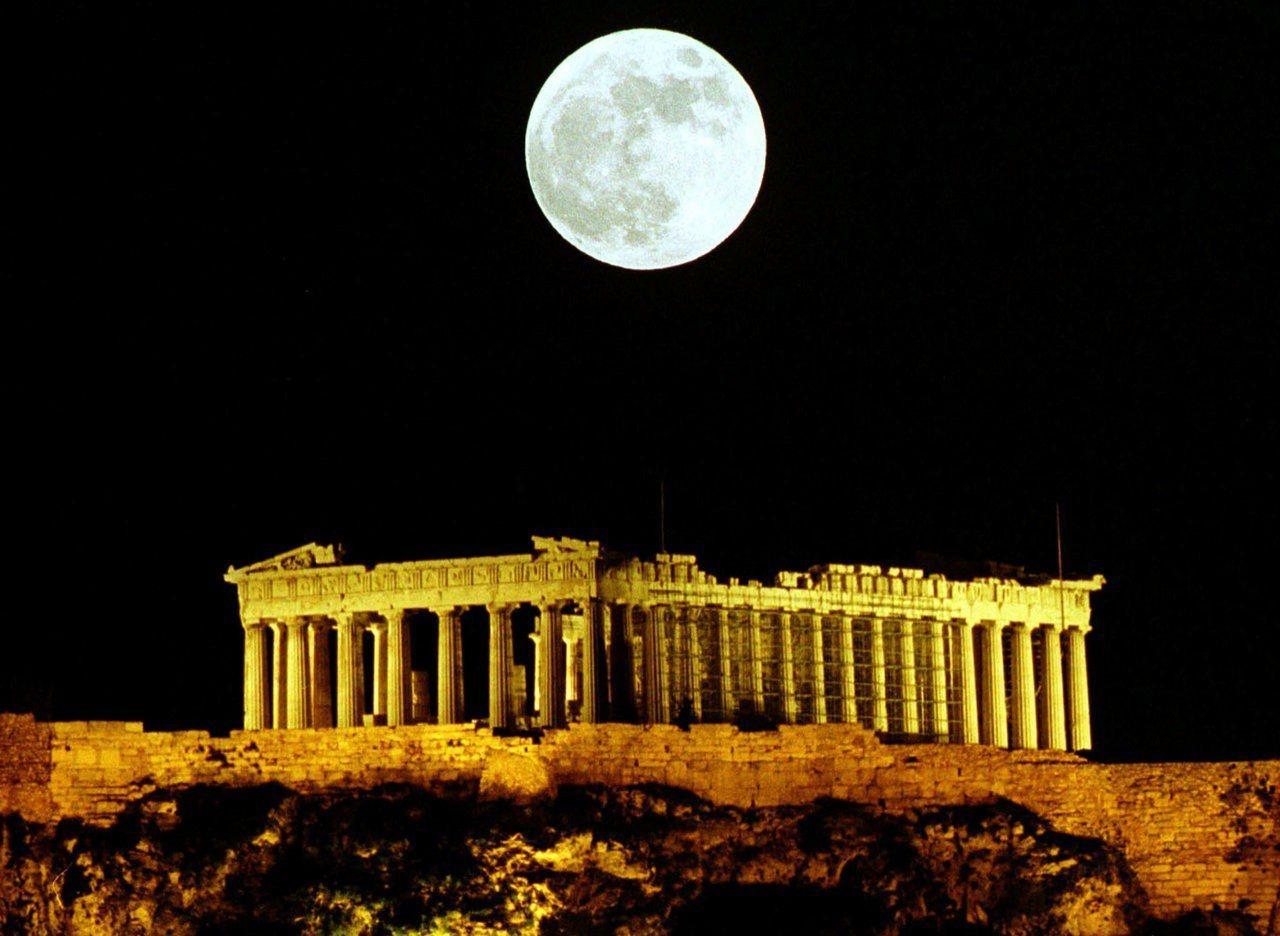 雅典衛城帕德嫩神廟上方出現滿月。路透