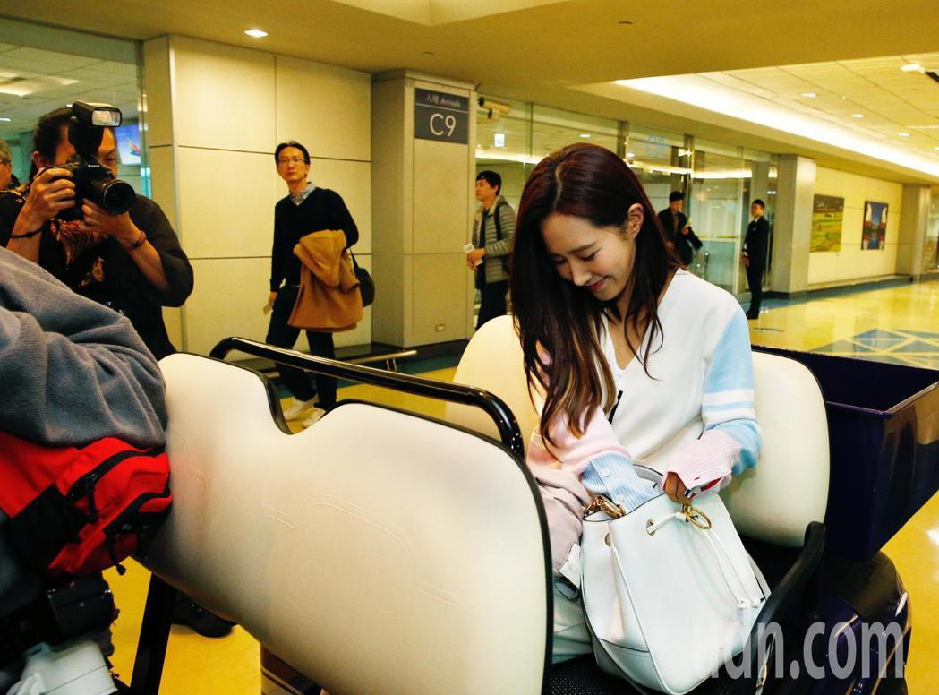 韓國女團「少女時代」俞利下午抵台,隨即搭乘商務中心的車輛經由VIP通關入境。記者...
