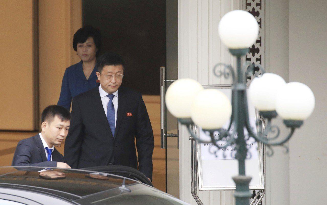 北韓對美國事務特別代表金赫哲(中)2月22日準備從河內迎賓館搭車前往與美方代表畢...