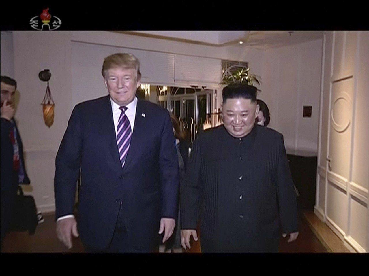 北韓國營電視台6日播出領導人川金金正恩(右)與川普會談的畫面。美聯社