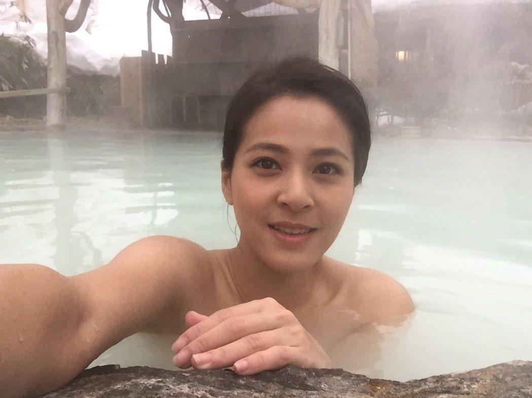 蘇晏霈全裸泡湯。圖/民視提供
