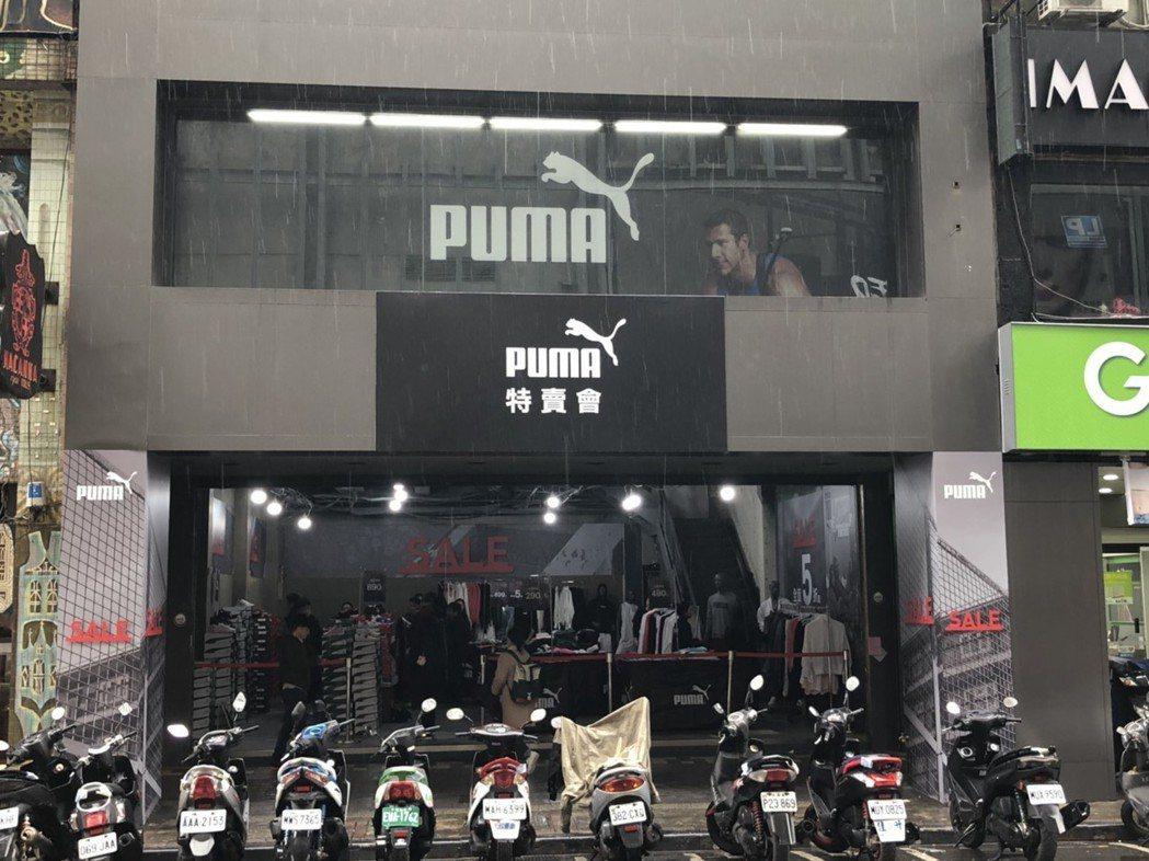 吳克群位於西門町的潮牌旗艦店如今變成特賣會場地。圖/讀者提供