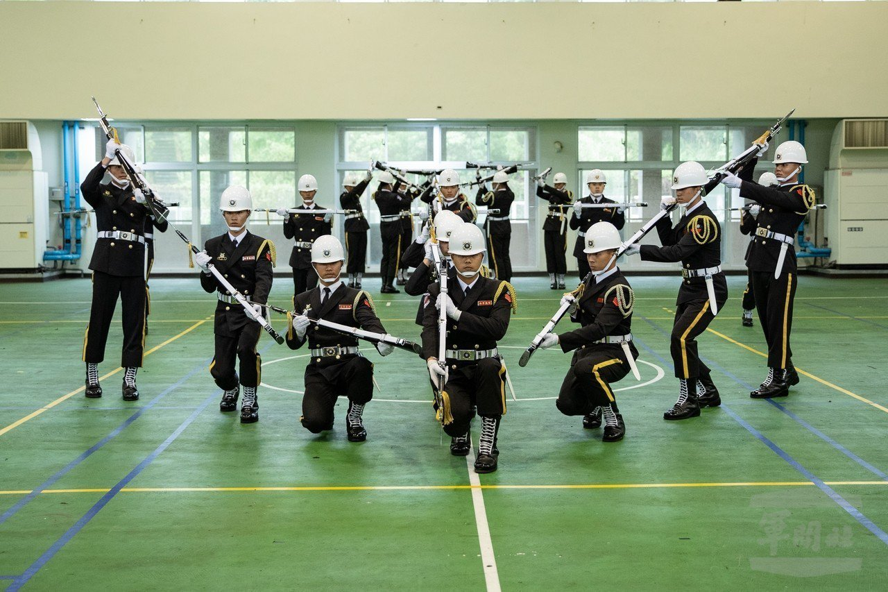 國防部今日舉行108年「專業進階槍法團體組競賽」,陸、海、空軍及陸戰儀隊同場競技...