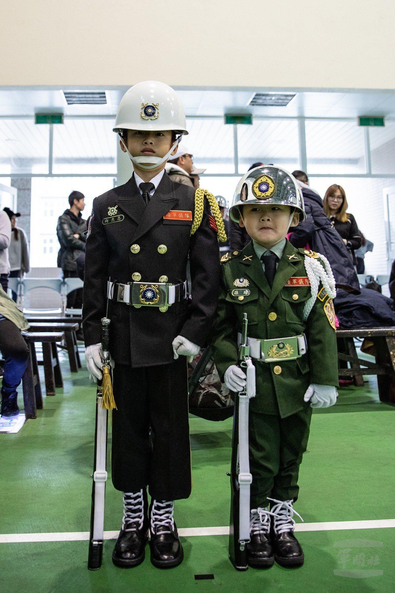 「小儀兵」7歲向杰恩與3歲的孫靖也現身儀隊槍法競賽參觀人群中。圖/軍聞社