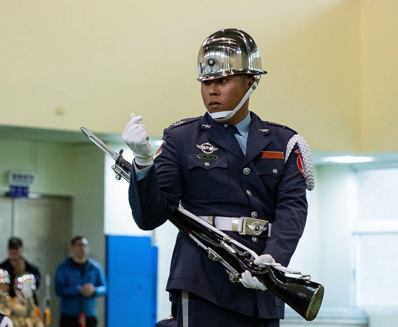 空軍儀隊此次在編排中加入交際舞步與時下流行的小愛心手勢,在創意項目評比中取得高分...