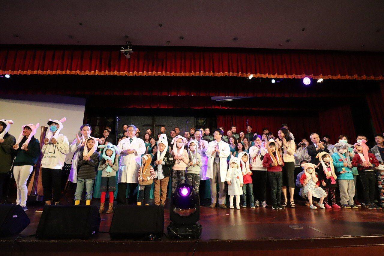 馬偕醫院與基隆愛樂合唱隊今舉辦的「看見幸福音樂會」,呼籲各界能重視兒癌。圖/馬偕...