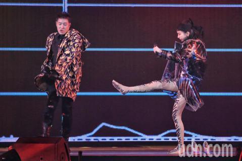 潘瑋柏晚上在小巨蛋舉行演唱會,謝金燕身穿泳裝套上透明外套火辣現身,兩人一同合唱並熱舞。
