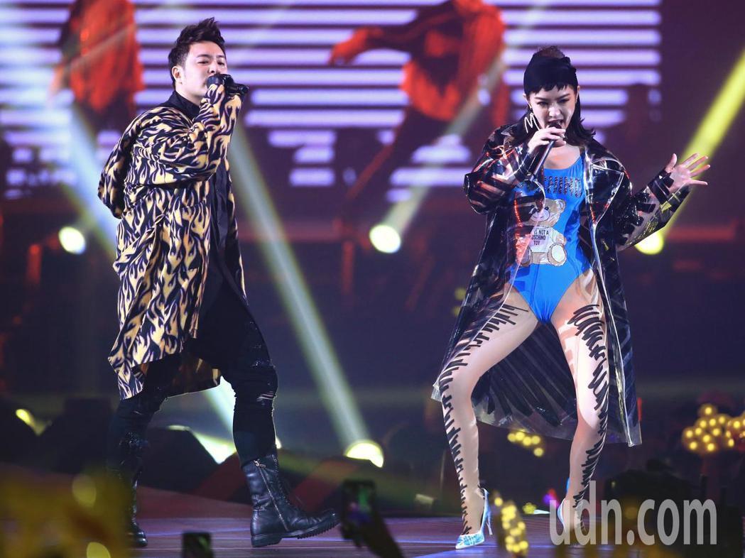 潘瑋柏(左)晚上在小巨蛋舉行演唱會,邀請到謝金燕(右)擔任嘉賓一同演出。記者林伯...