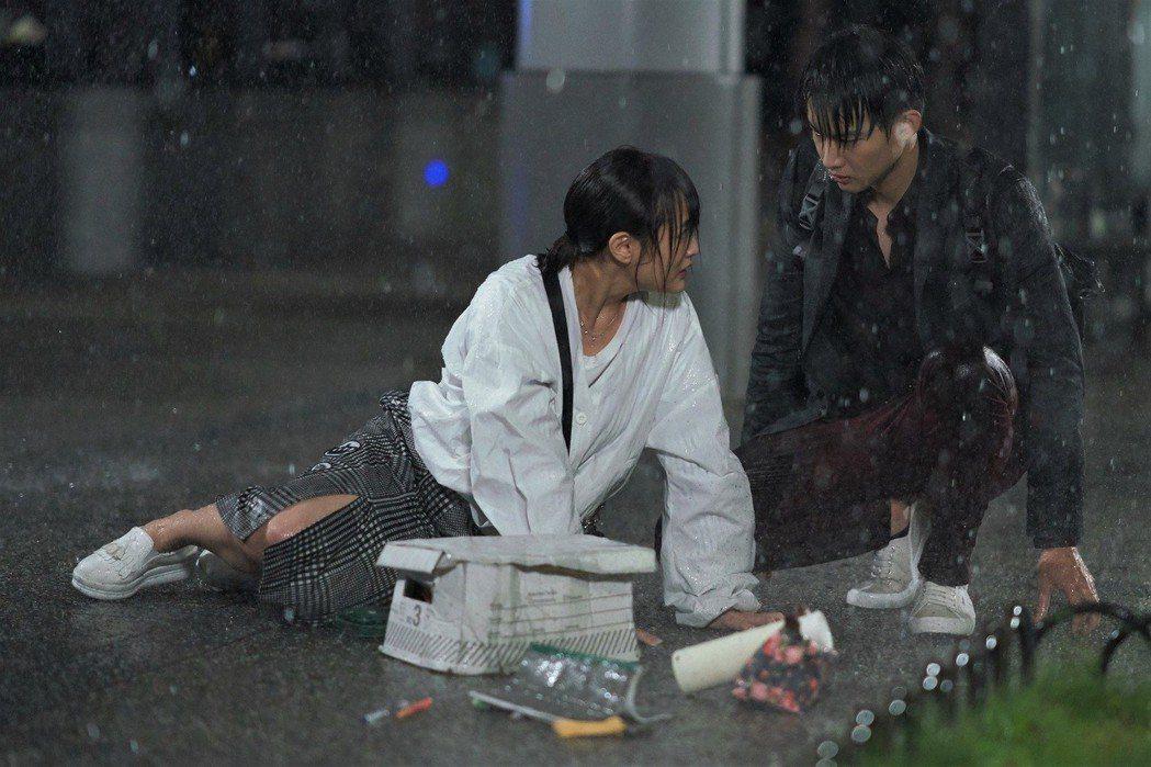 王淨、張庭瑚在雨中相遇。圖/東森提供