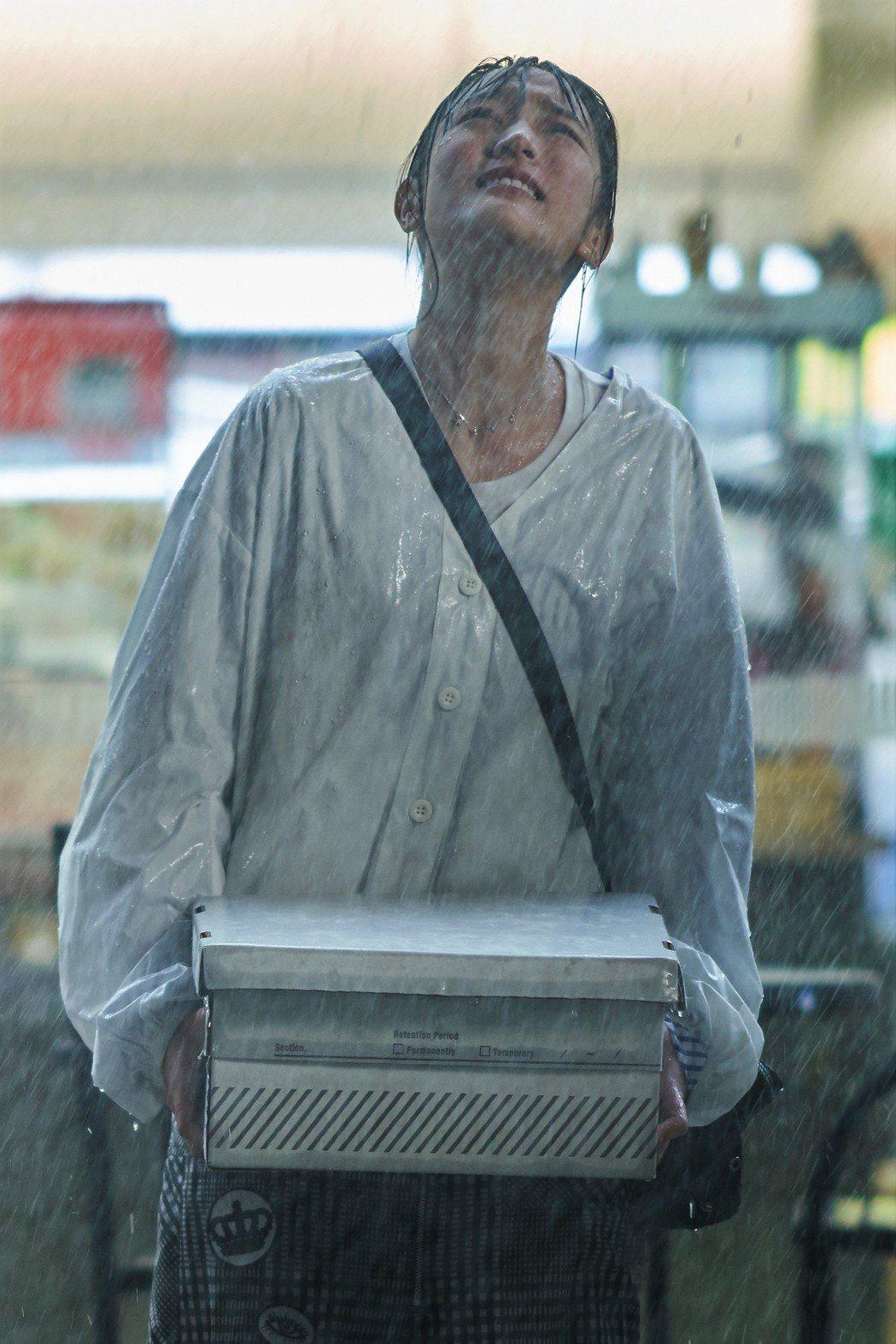 王淨演出「愛情白皮書」一幕在雨中嘶吼又摔畫面,十分淒慘。圖/東森提供