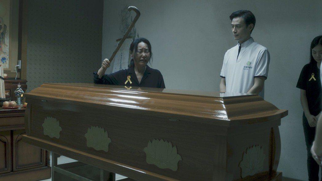 呂雪鳳演出「阿蒂美髮店」首場戲就是眼看愛女入殮、崩潰痛哭敲棺材戲碼。圖/公視提供