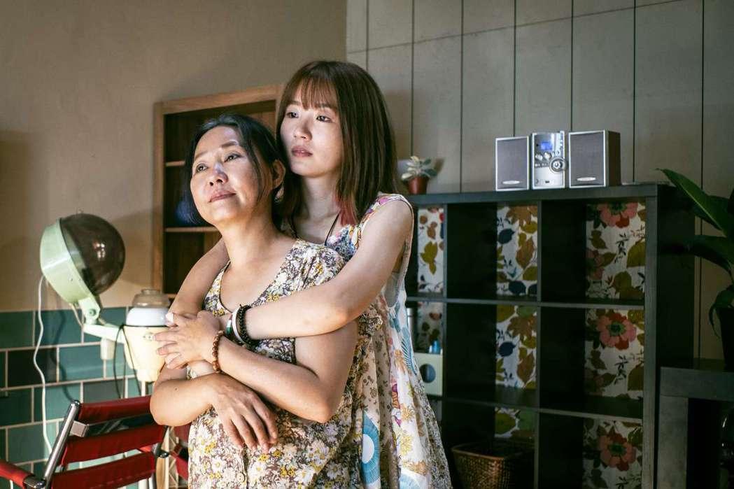 呂雪鳳(左)、許安植在戲中詮釋無血緣卻親如家人的溫馨親情。圖/公視提供