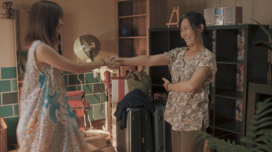 呂雪鳳(右)與許安植在戲中共舞。圖/公視提供