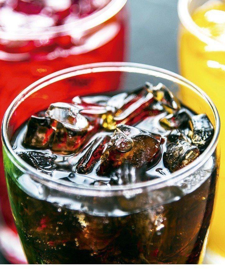 研究發現每天喝兩杯以上含糖飲料者的早死風險,比每月喝不到一杯者高8%。