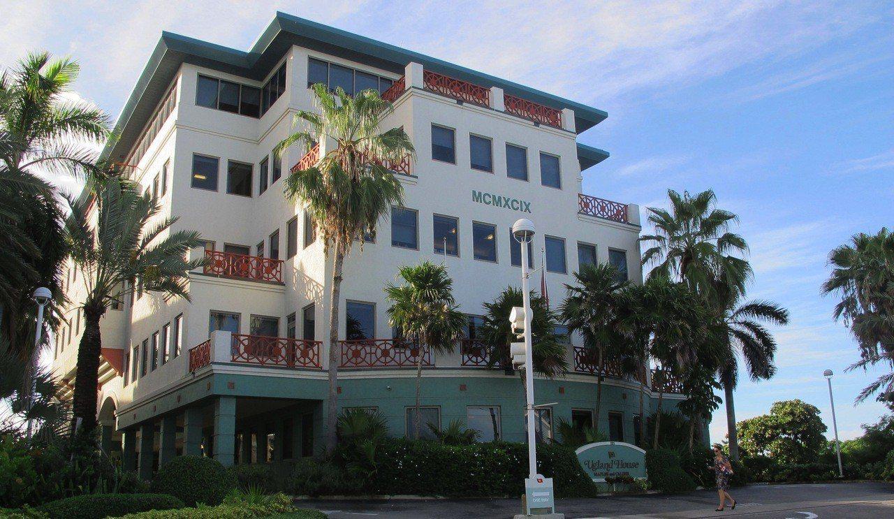 開曼、英屬維京群島(BVI)向來有避稅天堂稱號;圖為全球有數千家公司在大開曼島上...