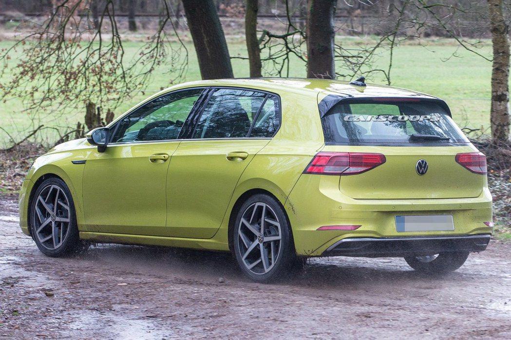 第八代Volkswagen Golf依然保留了寬大厚實的C柱。 摘自carsco...