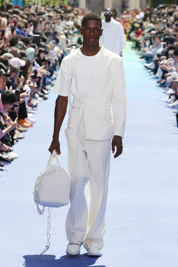2019春夏男裝以白色西裝輪廓搭配Trainer高筒運動鞋。圖/LV提供