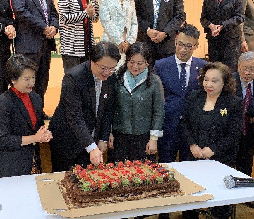 林右昌在台灣會館的演講後,台灣會館也安排了一場慶生驚喜,眾人為3月10日生日,生...