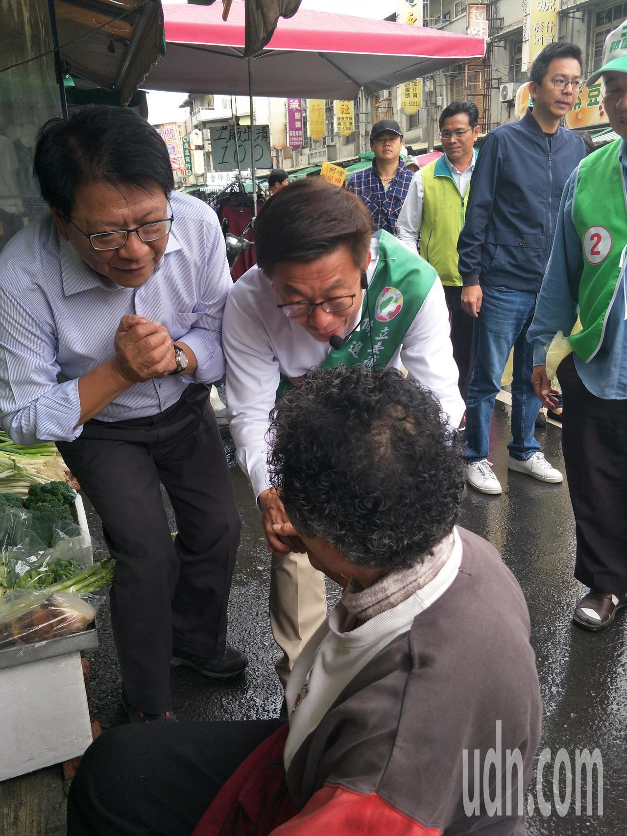 潘孟安(左一)、郭國文(中)逐一向攤商拜票爭取支持。記者謝進盛/攝影