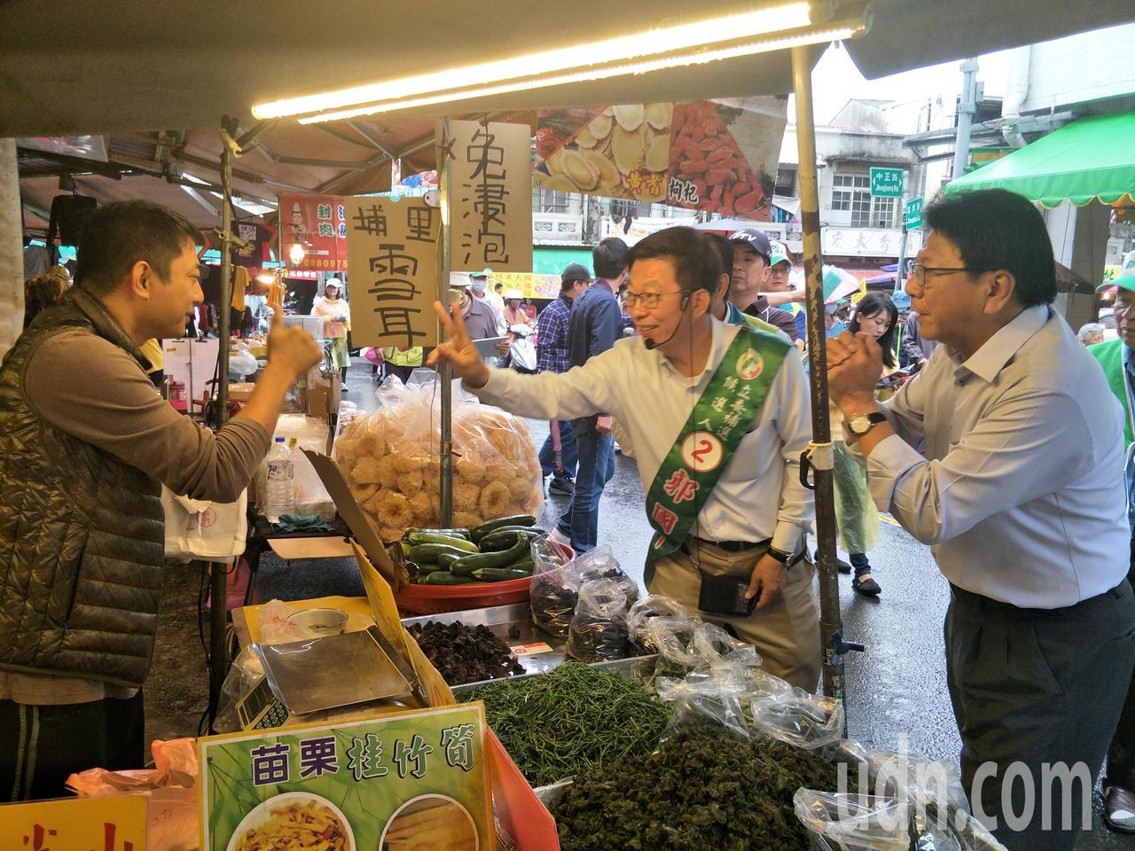 潘孟安(右一)、郭國文(右二)逐一向攤商拜票爭取支持。記者謝進盛/攝影
