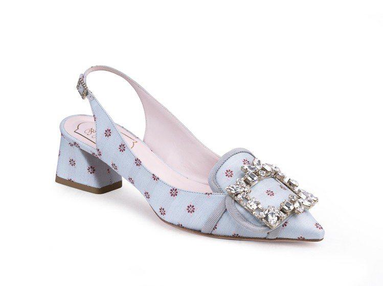 瑪麗安東尼皇后的小方扣樂福鞋,也以一款尖頭晚裝風格涼鞋的樣貌現身。Roger V...