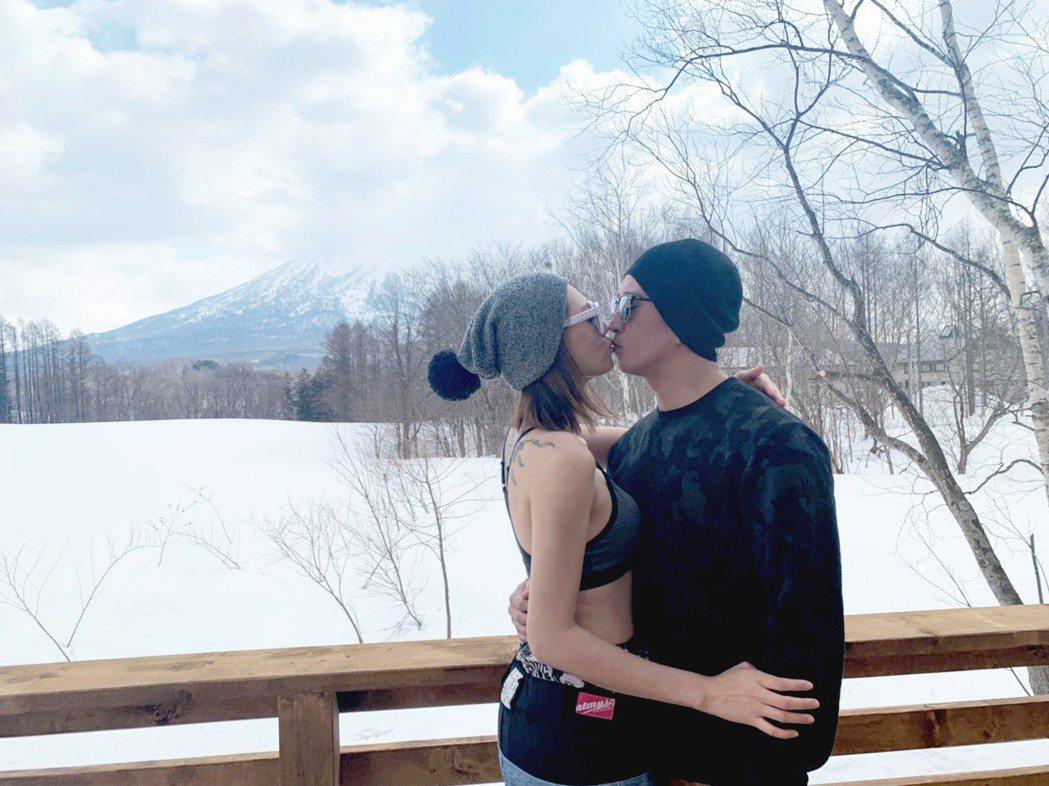 Luji黃莉(左)、老公高華一熱情接吻。圖/好舒服音樂提供
