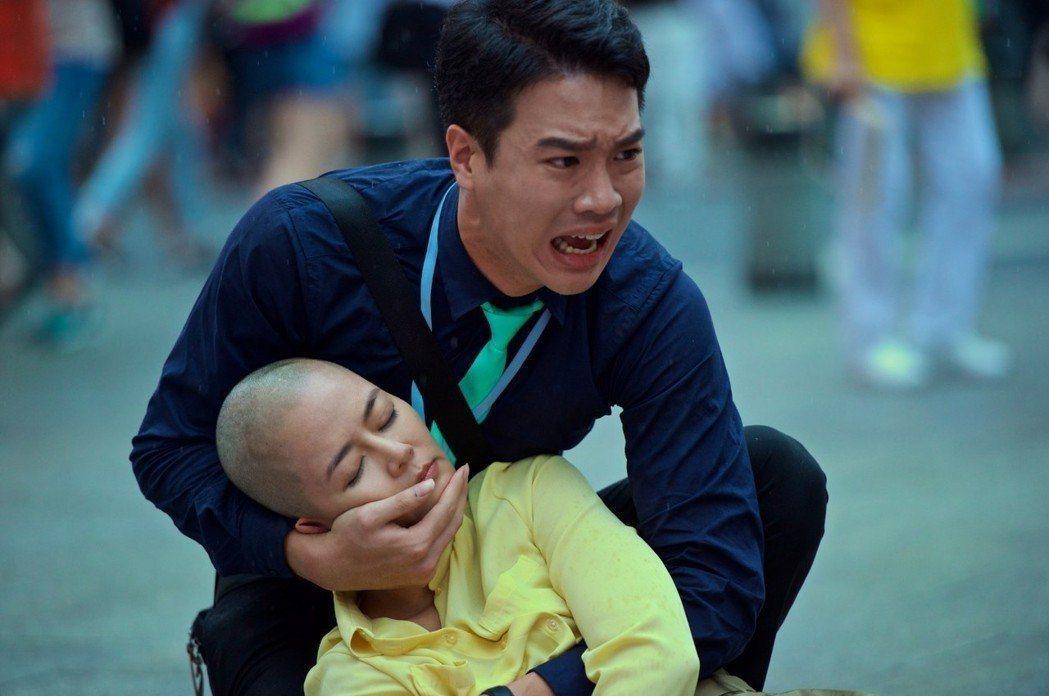 劉香慈(前)在「乳.房」中飾演一名乳癌患者,不惜剃髮。圖/可樂提供