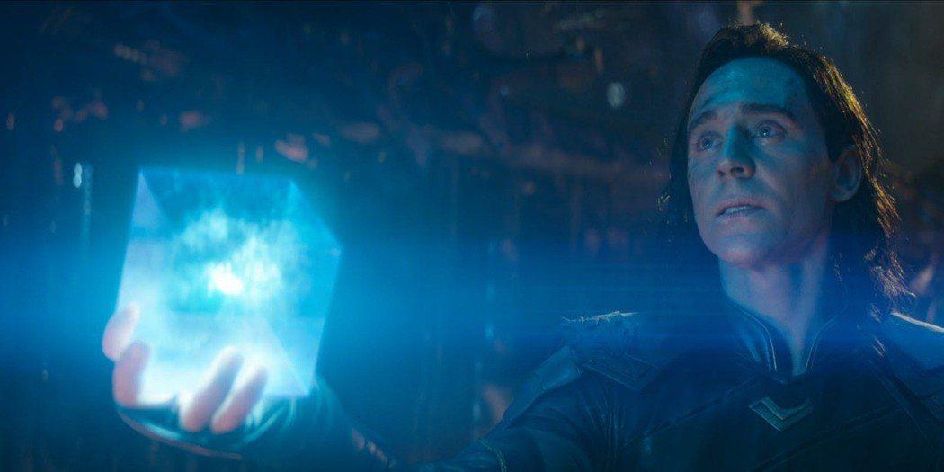 「洛基」湯姆希德斯頓曾在「復仇者聯盟:無限之戰」將「宇宙魔方」交給薩諾斯。圖/摘