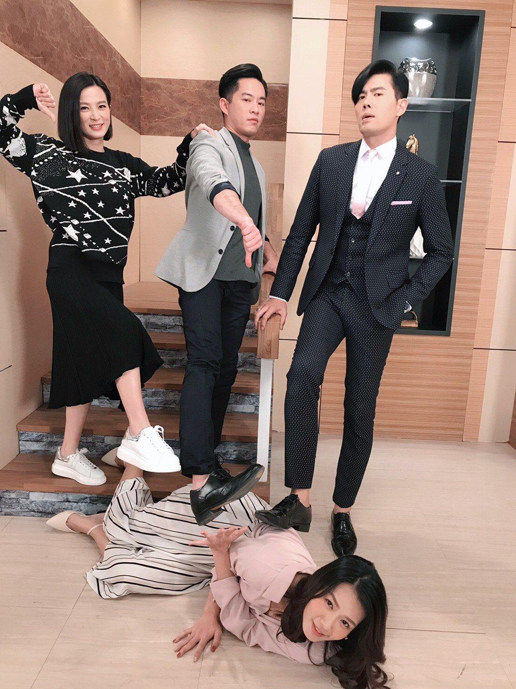 楚宣(左起)、Junior韓宜邦、余秉諺戲外不忘搞笑踩李又汝一腳。圖╱摘自臉書