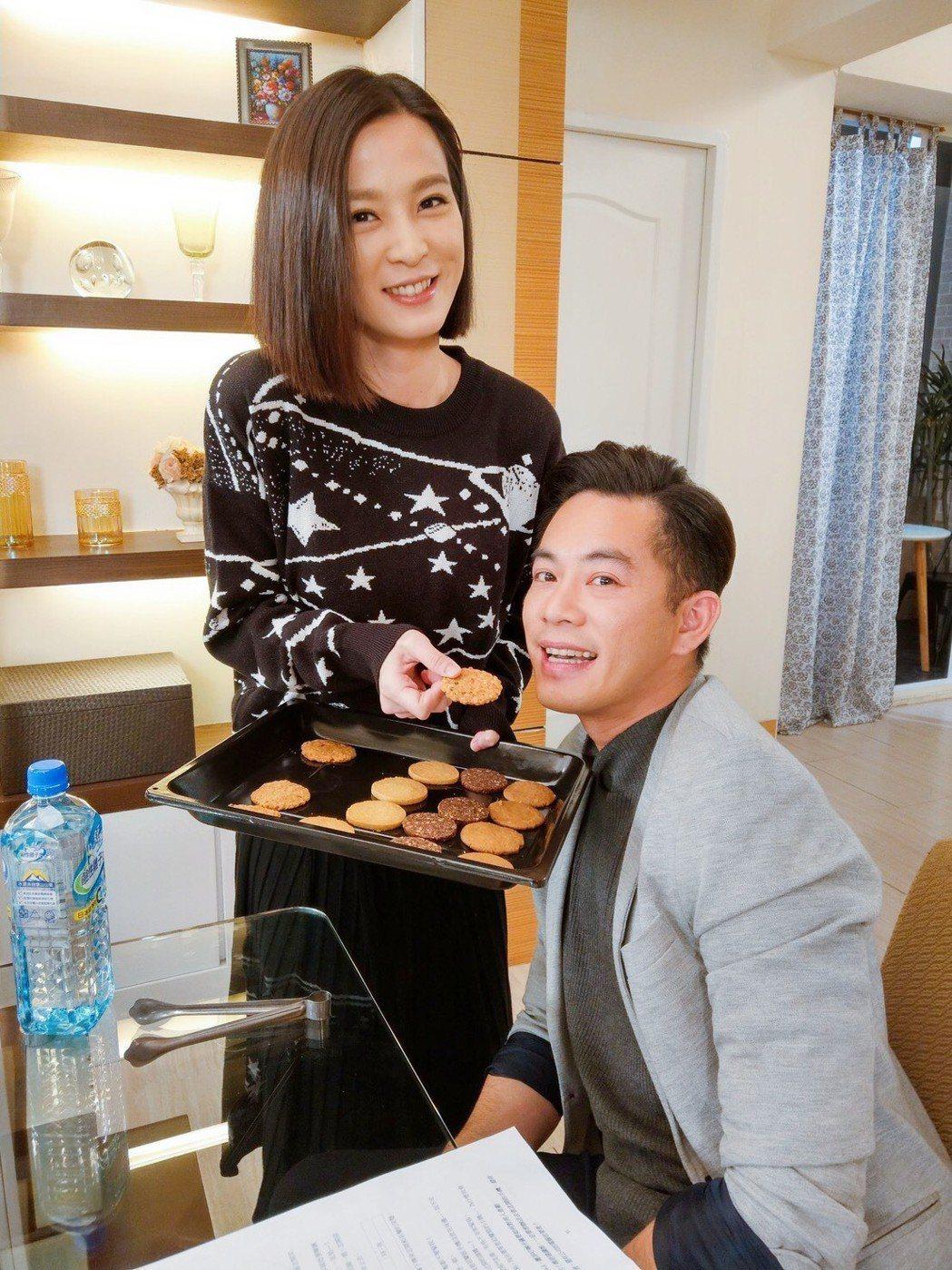 楚宣(左)溫柔起來也可人,還餵Junior品嚐餅乾。圖╱摘自臉書