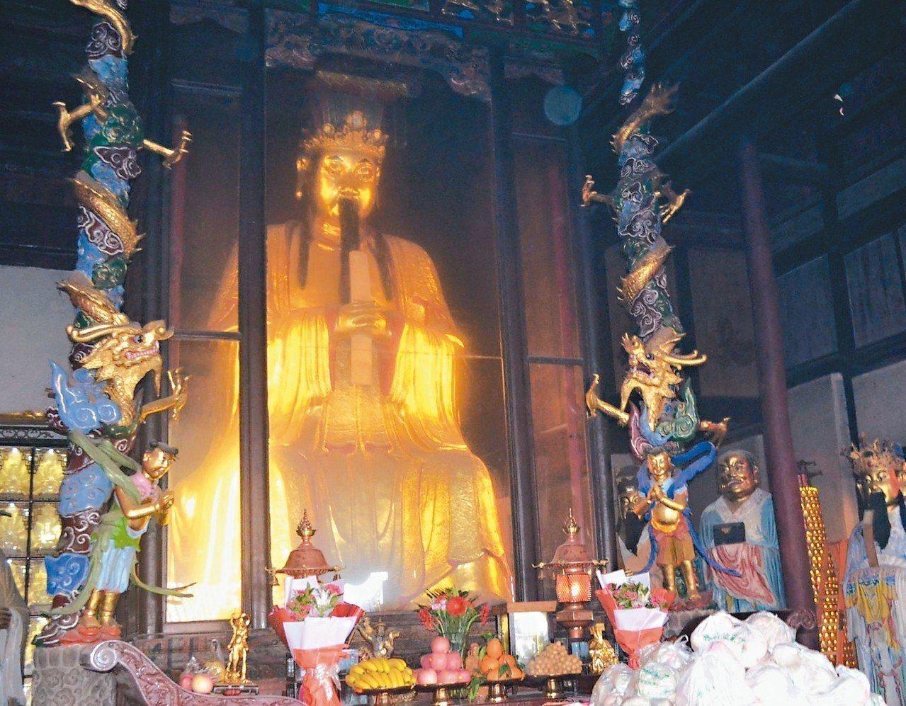 七曲山大廟珍藏明代鐵鑄、高4點7米的文昌帝君像。 記者鄧智元/攝影