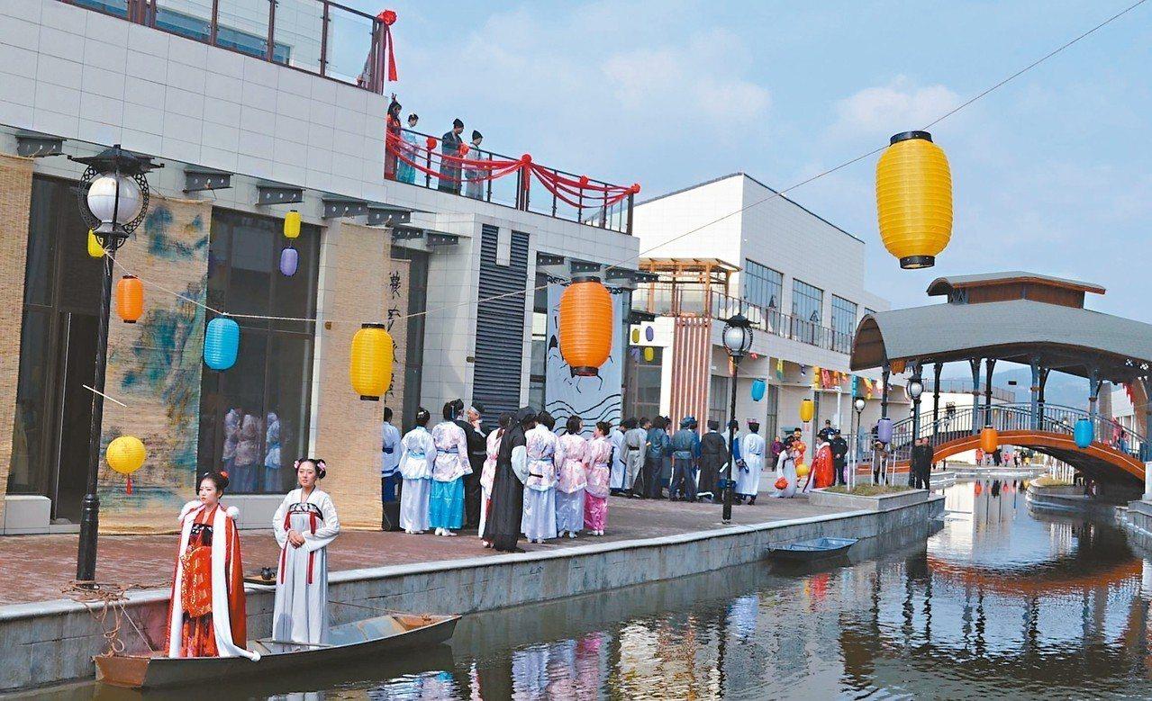 「印象·梓潼」千人情景表演,以行走藝術方式,在藝術水街展開。 記者鄧智元/攝影