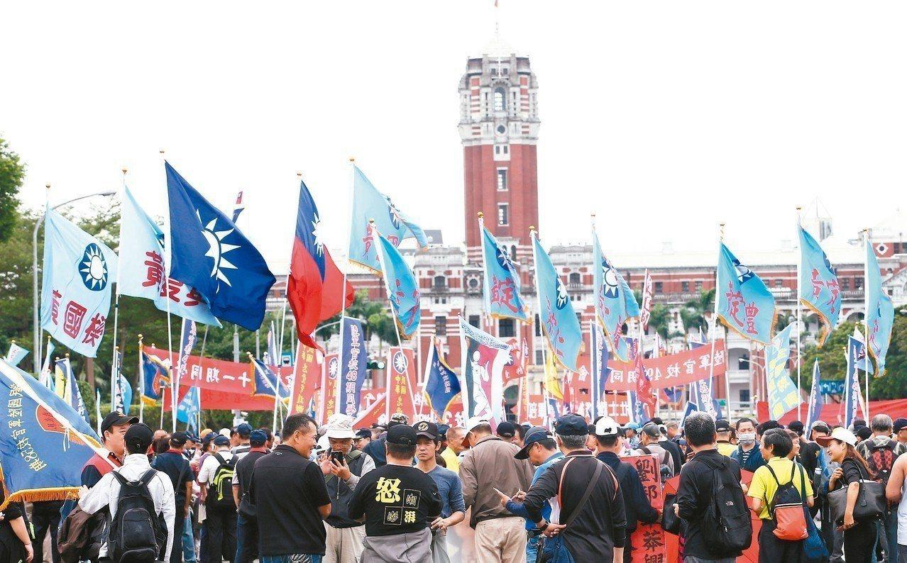 反年金改革團體「八百壯士」數千人遊行至總統府前的凱道表達抗議。 圖/聯合報系資料...