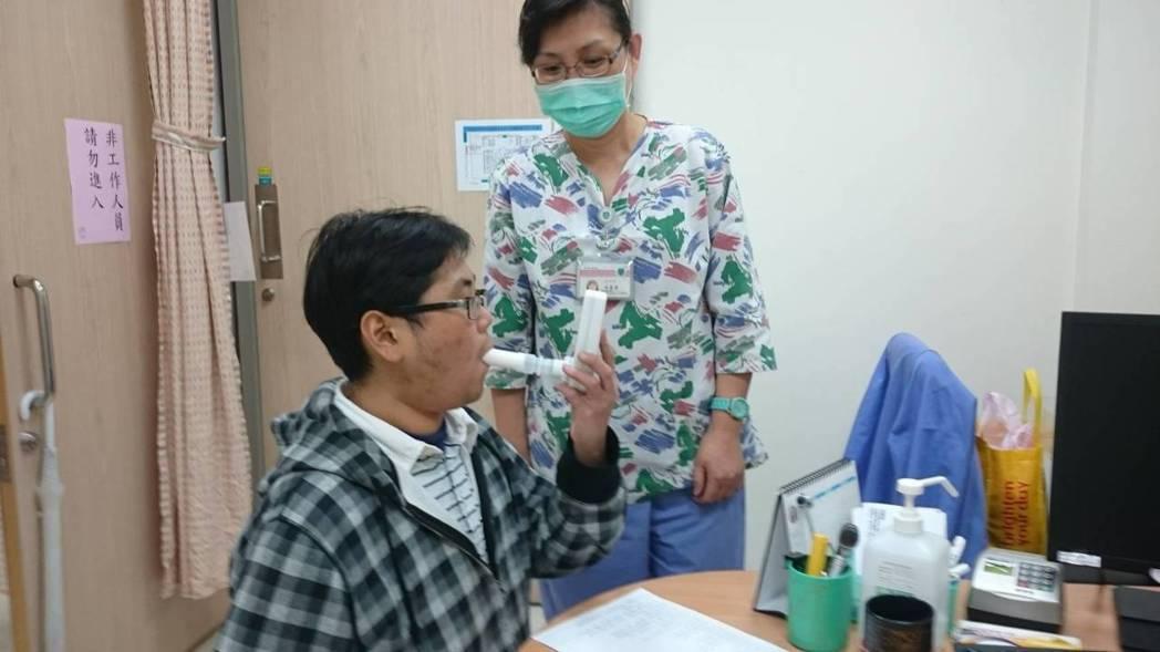 雙和醫院戒菸門診會偵測體內一氧化碳值,來判定吸菸者體內濃度。 圖/雙和醫院提供