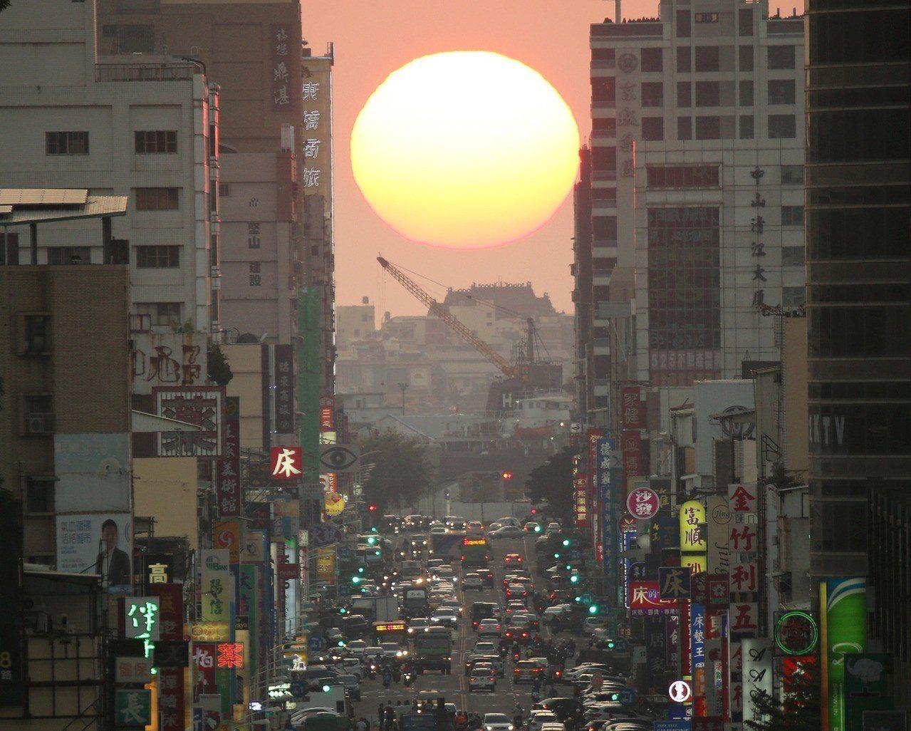 高雄青年路懸日美景。 聯合報系資料照/記者劉學聖攝影