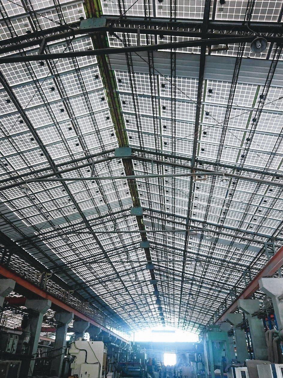 冠旭企業舊廠房的屋頂浪板全面汰換為太陽能板屋頂,發電效益更高也透光省電費,完全不...