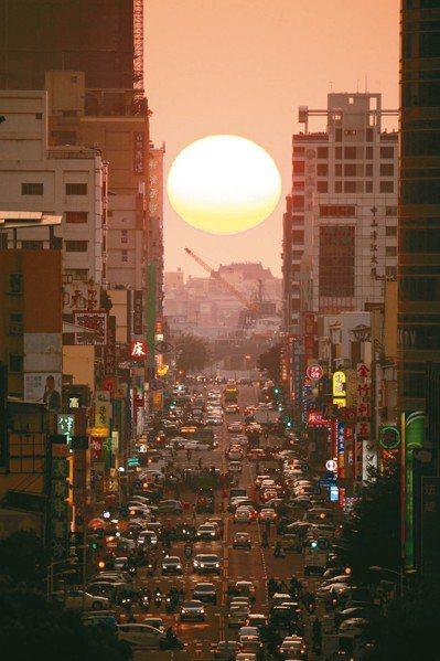中央氣象局首度發布「懸日預報」,讓民眾有機會欣賞到落日美景。圖為今年1月高雄青年...