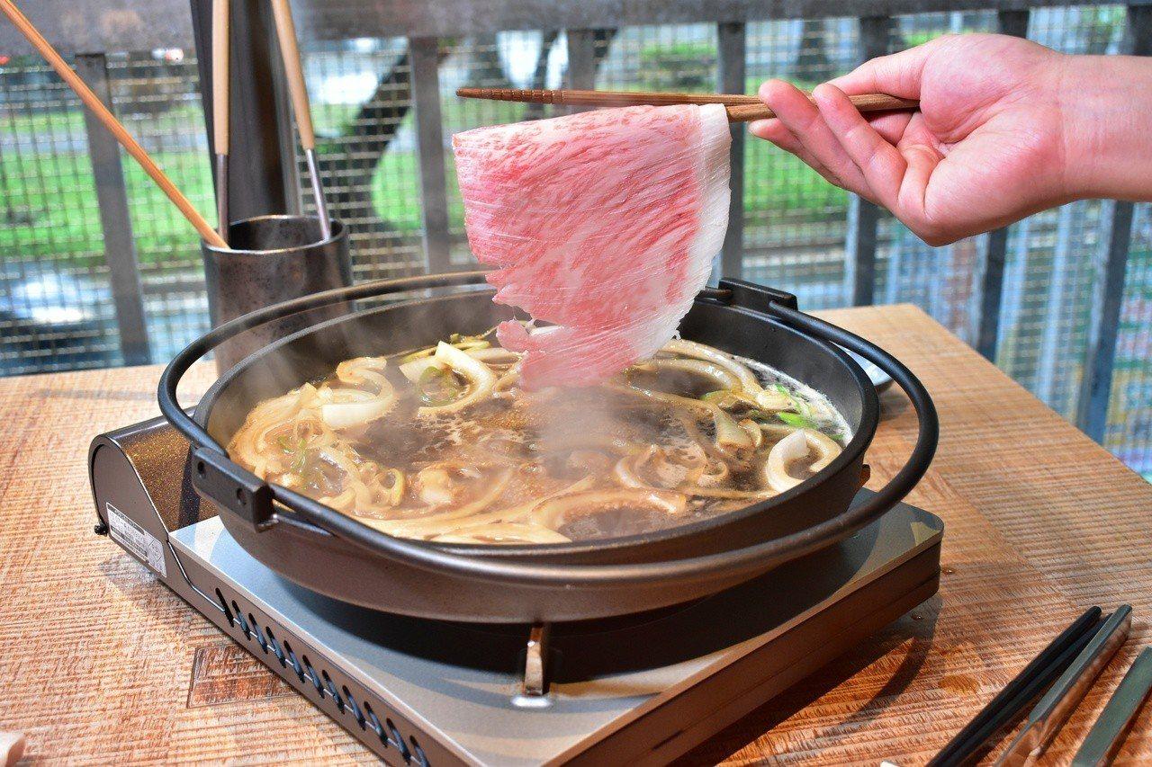 日本和牛沙朗肉片比手還大。記者魏妤庭/攝影