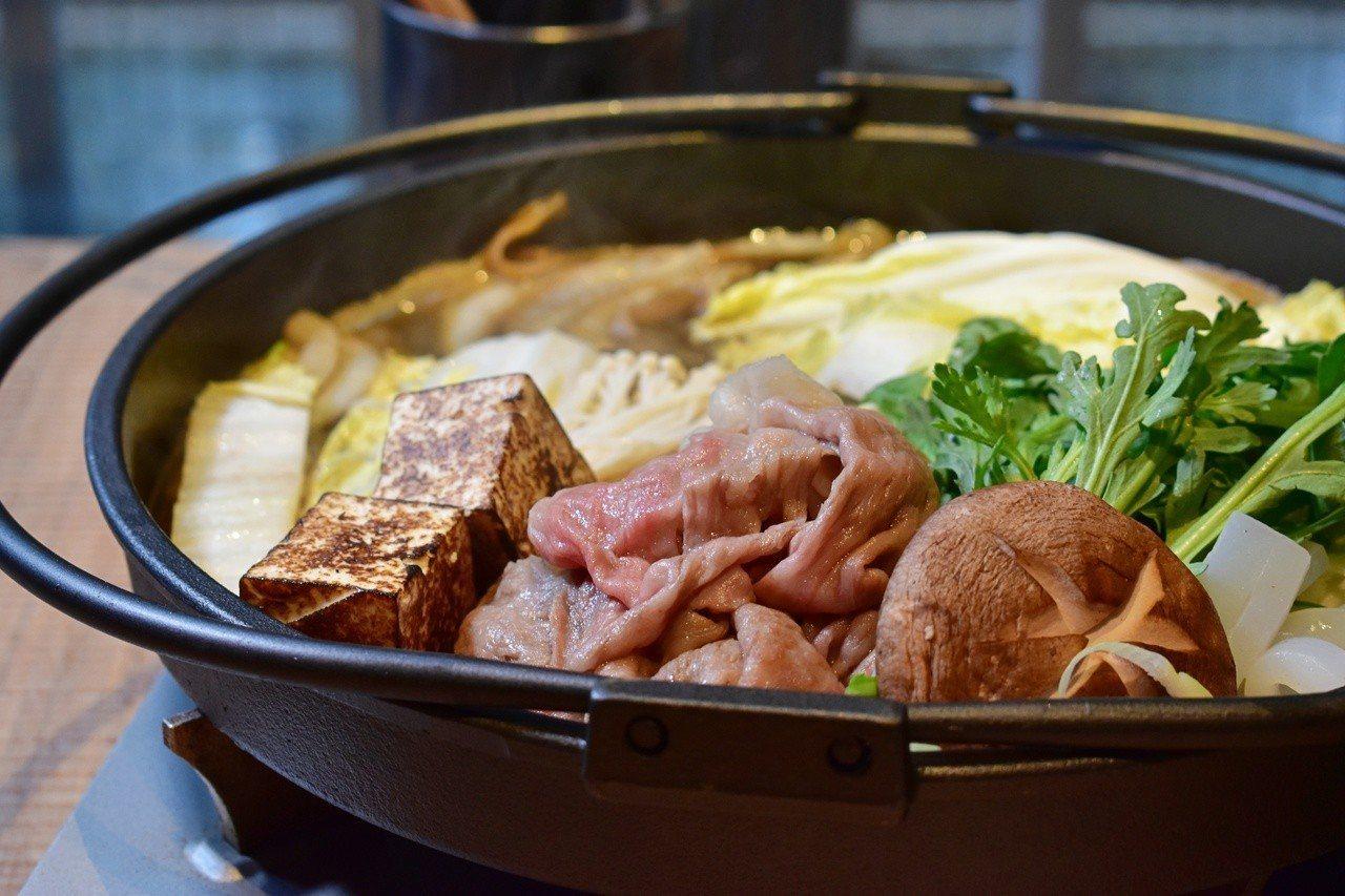 日本和牛沙朗壽喜燒雙人套餐3千有找。記者魏妤庭/攝影