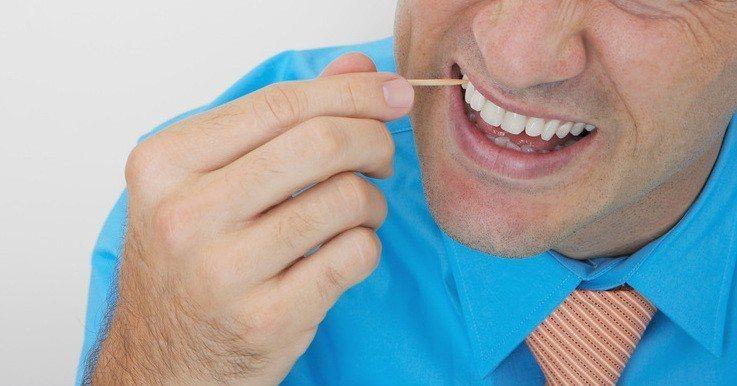 剔牙後最好避免叼著牙籤的習慣,免得不小心誤食下肚。示意圖,圖片來源/ingima...