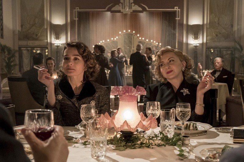 秀莉韓德森飾演哈台夫人(左),妮娜艾瑞安達飾演勞萊夫人(右)。 圖/美聯社