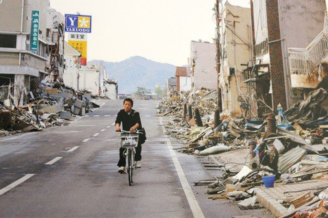 日本311地震發生後,災區重建進度緩慢,街頭一片冷清,舉目四望盡是斷垣殘壁。圖/...