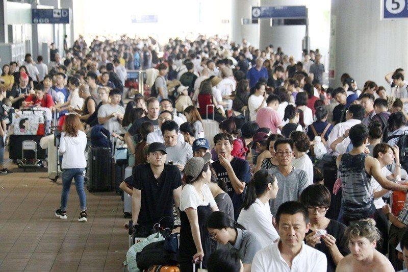 2018年9月,被燕子颱風困在關西機場的旅客們。 圖/美聯社