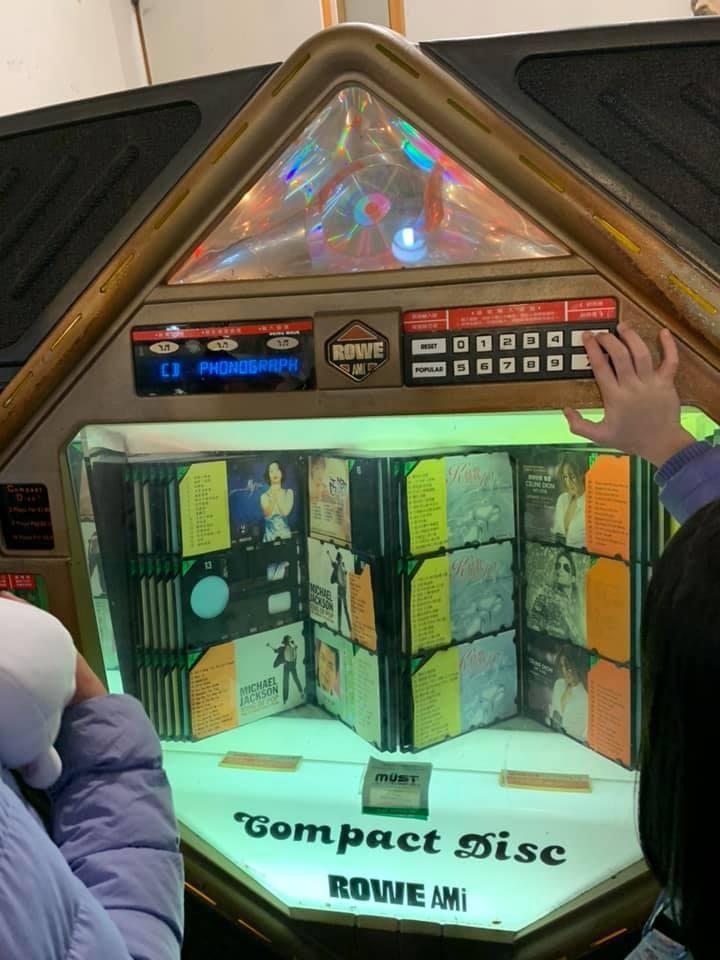 很多人都以為這種投幣式點歌機已經絕版了,不過有網友說近期在龍山寺附近還有看到! ...