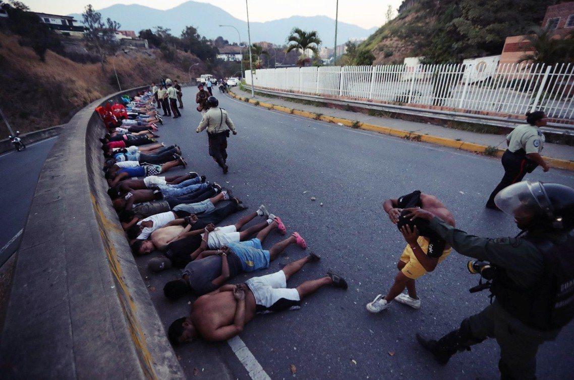 最底層的市民,要在如此混亂中「生存」?圖為那些在清晨被逮捕、橫在地上的「掠劫者」...
